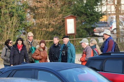 Vogelwandergruppe in Wilmshausen Dorfplatz